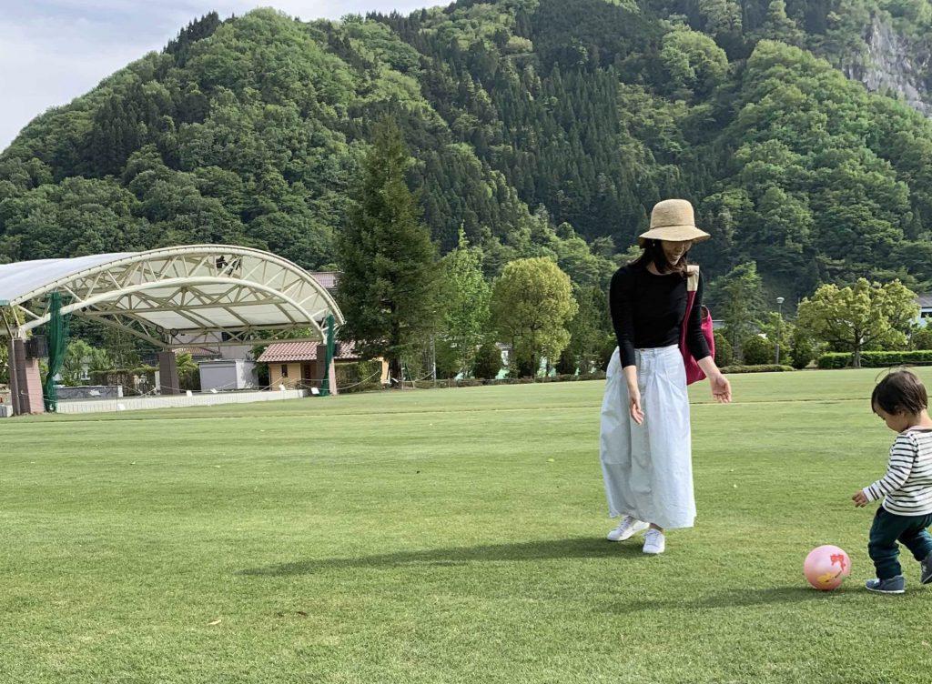 正田の公園で子供とサッカー